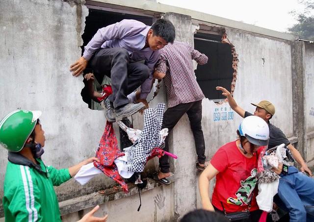 Tiểu thương đập tường bao khu chợ để cứu người và hàng còn mắc kẹt bên trong.