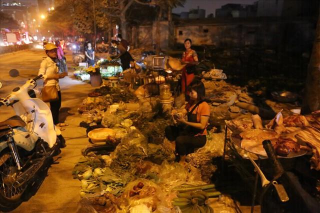 Do chợ chính bị cháy hết nên một số tiểu thương họp chợ ngay bên ngoài lề đường.
