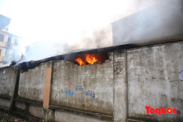 Người dân phá tường tìm lối cho tiểu thương thoát thân trong đám cháy chợ Quang