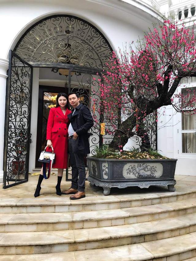 Ngọc Duyên khoe ảnh chụp cùng chồng trước cửa biệt thự khủng màu trắng dịp Tết.