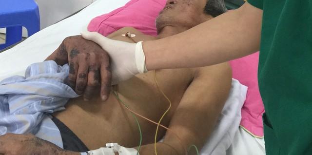 Theo các bác sĩ tại khoa Cấp cứu, bệnh nhân B. được chuyển từ Bệnh viện Bạch Mai, nhập viện trưa ngày 2/3 với chẩn đoán nhiễm trùng máu, suy thận do nhiễm liên cầu lợn.