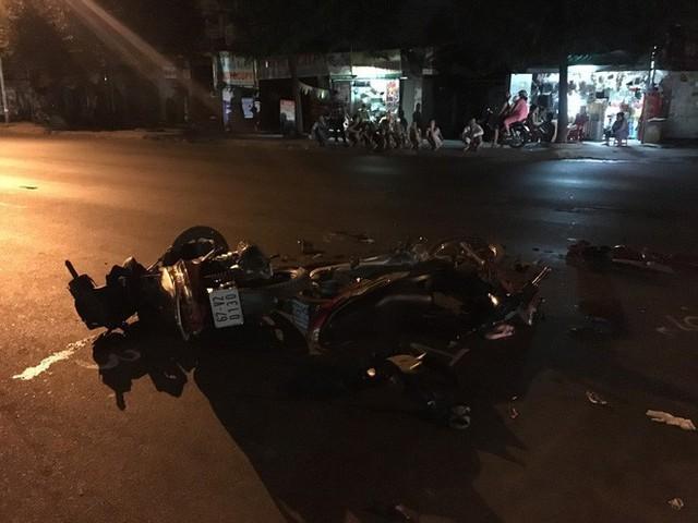 Hai xe máy tông nhau nát bét trong đêm, 4 người nguy kịch