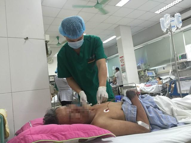 Bệnh nhân Vũ Văn B điều trị tại Khoa Cấp cứu, Bệnh viện Bệnh Nhiệt đới Trung ương. Ảnh: T.Nguyên