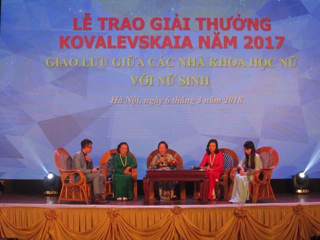 GS.TS Nguyễn Thị Doan, Nguyên Phó Chủ tịch nước CHXHCN Việt Nam cùng các nhà khoa học giao lưu với nữ sinh tại lễ trao giải. Ảnh: NT