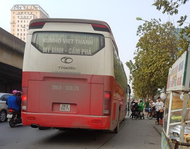 Chiếc xe khách tuyến Mỹ Đình – Cẩm Phả dừng đỗ, bắt khách trên đường Phạm Hùng, cạnh bến xe Mỹ Đình.