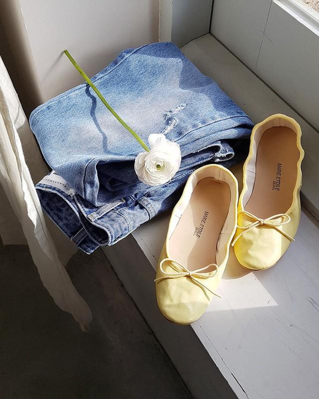 Không phải kiểu bó chít ống côn, xu hướng quần jeans 2018 thoải mái hơn với kiểu ống suông, ống vẩy