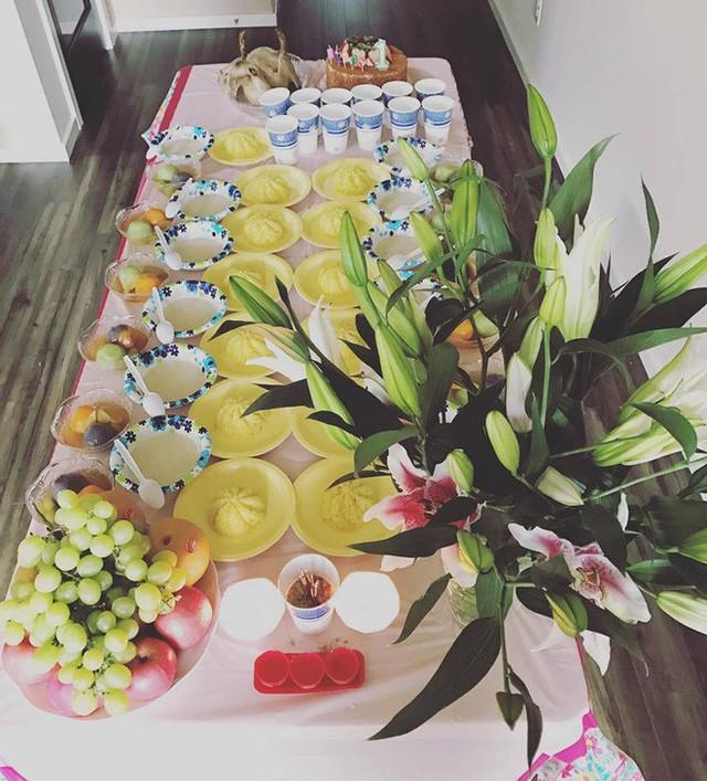 Mâm lễ cúng thôi nôi theo đúng truyền thống của người Việt do Lam Trường đích thân vào bếp thực hiện cùng vợ.