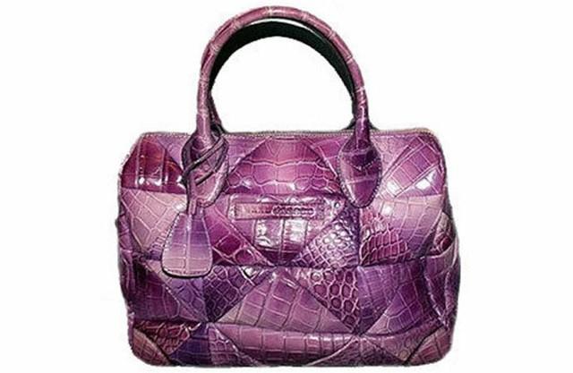 Làm từ da cá sấu màu tím, chiếc túi Carolyn của Marc Jacobs có giá tới 30.000 USD. Đây là một trong những mẫu túi phổ biến nhất của Marc Jacob.