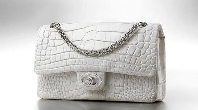 """Chiếc túi """"Diamond Forever"""" của Chanel mang nét đẹp cổ điển khó có loại túi xách nào có thể sánh được. Chiếc túi này được làm thủ công từ da cá sấu tốt nhất kết hợp với khóa đính 334 viên kim cương, tổng cộng 3,51 carat. Dây đeo được làm từ vàng trắng. Và chỉ sản xuất 13 chiếc cho toàn cầu vào năm 2008. Chiếc túi có giá 261.000 USD."""