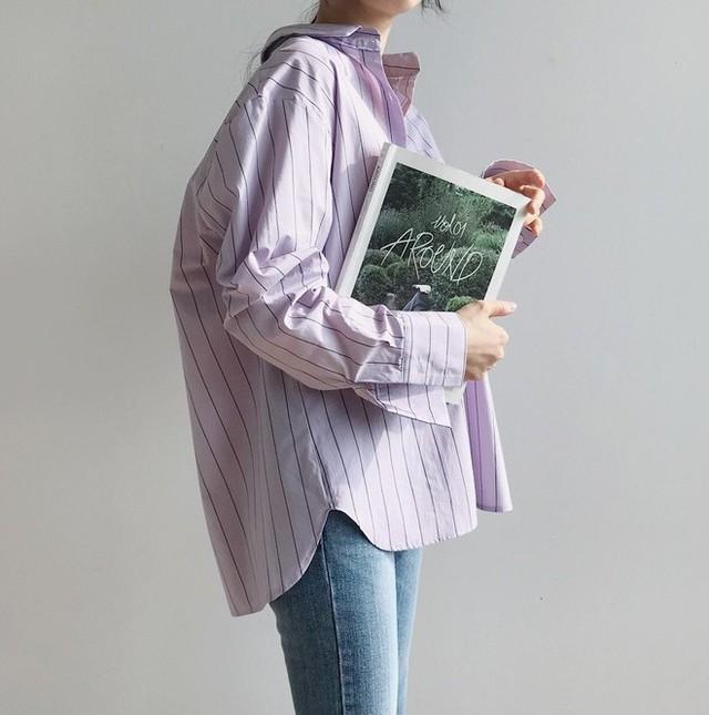 """Tưởng sến mà lại xinh bất ngờ, sơ mi màu tím lavender dễ trở thành chiếc áo """"hot"""" nhất mùa này"""