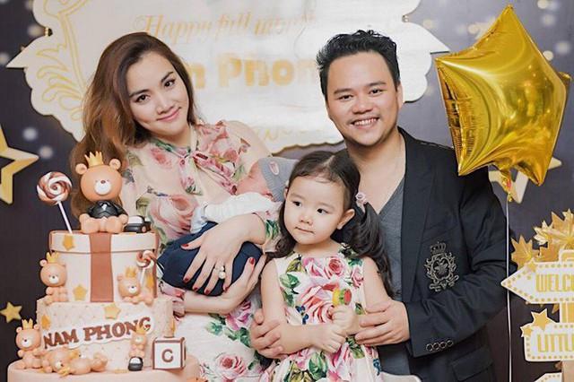 Trang Nhung bên chồng và hai con cưng.