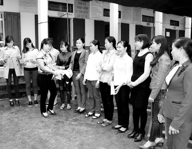 Phát tờ rơi tuyên truyền trong Chiến dịch Truyền thông lồng ghép với cung cấp dịch vụ đến vùng có mức sinh cao vùng khó khăn tại xã Yên Tập, huyện Cẩm Khê, tỉnh Phú Thọ. Ảnh: Hồng Quân