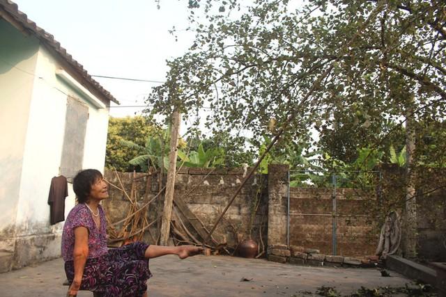 Hình ảnh bà Quế làm mọi thứ bằng chân đã quá quen thuộc đối với người dân xã Ninh Hòa. Ảnh: Đ.Tùy