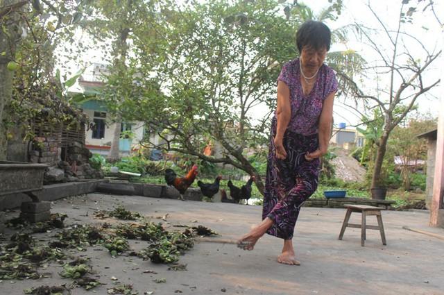 Nhiều năm nay, chính đôi chân này đã giúp bà tự lo cho cuộc sống của bản thân. Ảnh: Đ.Tùy