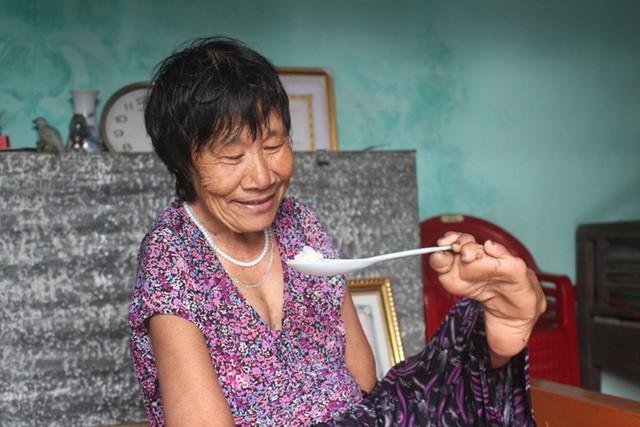Bao nhiêu năm nay, bà Quế luôn dùng chân thay cho đôi tay để ăn cơm. Ảnh: Đ.Tùy