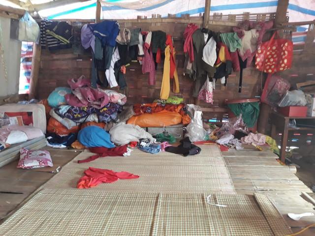 """Trong """"căn nhà"""" của gia đình anh Lực không có gì đáng giá, ngoài những vật dụng, quần áo của bà con xóm giềng gom góp."""