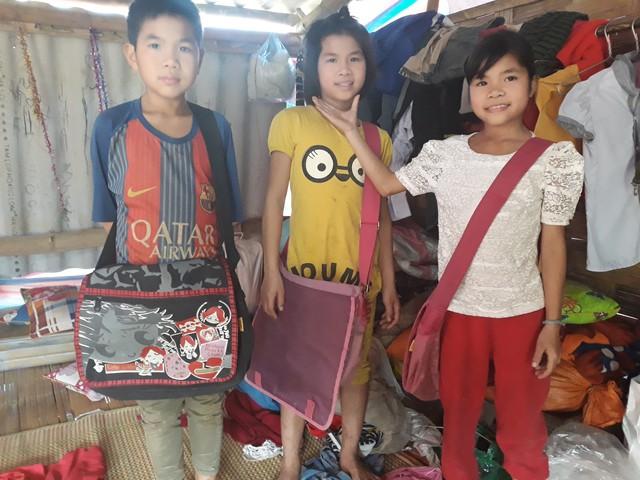 Ba anh em Sa Mạnh Hùng (13 tuổi), Sa Thị Dung (11 tuổi) và Sa Thị Linh (10 tuổi) chỉ mong mỏi niềm mơ ước gia đình sẽ đoàn tụ. Ảnh:M.H