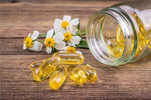 Vitamin E không chỉ tồn tại trong thực phẩm tự nhiên mà còn được tổng hợp thành dạng viên nang