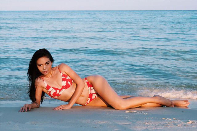 Điều thú vị cũng như bí quyết thời trang bikini của nàng Á hậu Mâu Thủy được phái đẹp quan tâm đó chính là set đồ bikini giá bình dân vô cùng thời thượng mà cô diện.