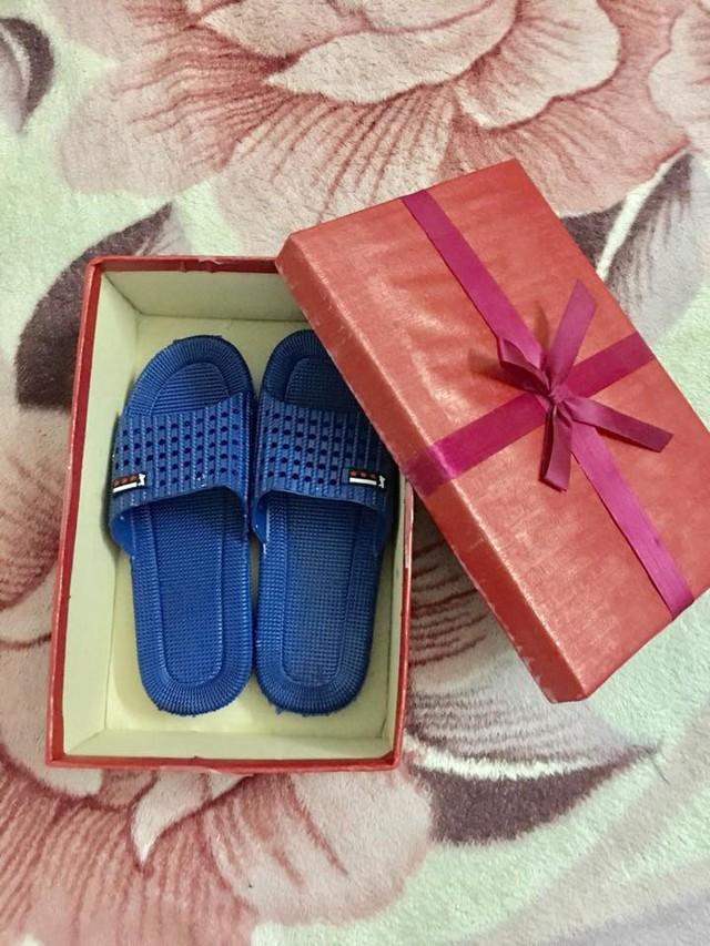 Món quà chàng trai mua tặng vợ sắp cưới nhân ngày 8/3 là đôi dép nhựa.