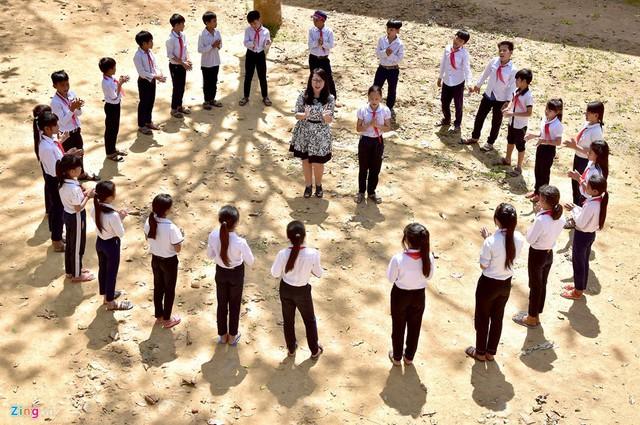 Cô giáo Sang say sưa dạy nhạc cho học sinh trường THCS Ba Dinh - Ba Tô (huyện Ba Tơ). Ảnh: Minh Hoàng.