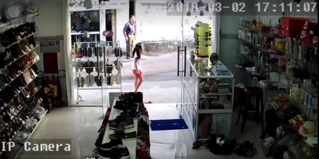 Khi bé gái định thần được kẻ cướp thì cả 2 đã phóng xe đi mất. Ảnh cắt từ clip.