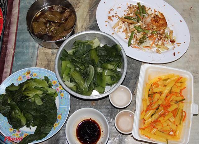 Mỗi lần có thư báo Văn phòng Chính phủ đã nhận được đơn xin giảm án, bà Thi liền nấu một mâm chay để cúng ông bà. Đây cũng là bữa ăn sang nhất trong nhiều tháng liền của bà.