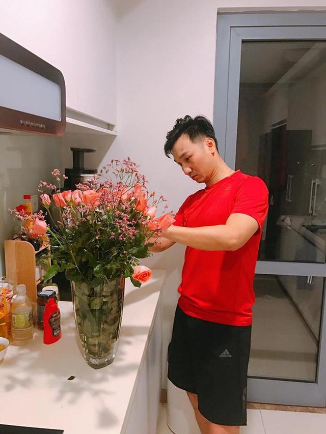 Thành Trung tỉ mẩn cắm hoa tặng vợ nhân ngày 8/3.