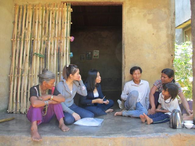 Cán bộ dân số truyền thông giảm sinh cho người dân huyện Khánh Sơn, tỉnh Khánh Hòa. Ảnh: Trang Nguyễn