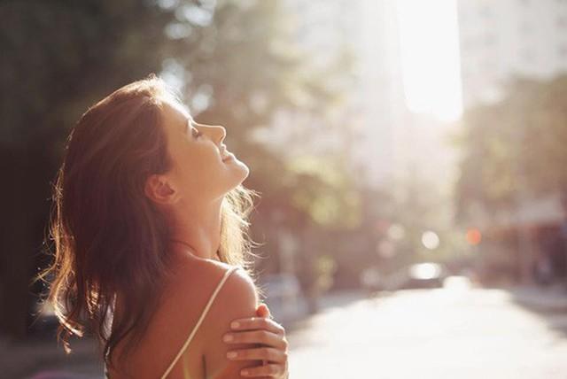 15 phút dưới nắng mỗi ngày giúp bạn chống lại nhiều dạng ung thư nguy hiểm - ảnh: THE SUN
