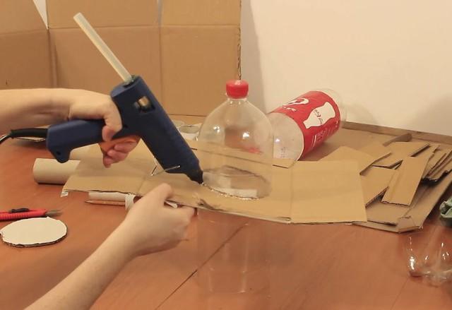 """Phần """"móng nhà"""" được dựng bằng cách dán những mảnh giấy báo cũ lên chai."""