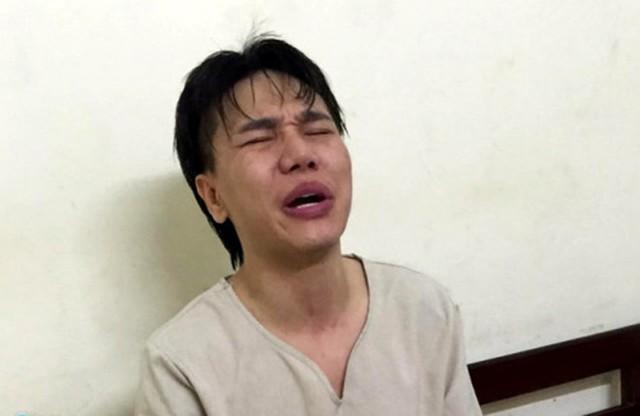 Châu Việt Cường khóc lóc, vẫn còn phê thuốc khi bị bắt tại đồn công an.
