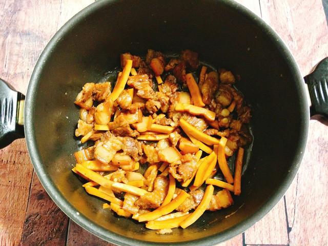 Tiếp theo bạn thêm chút nước xâm xấp mặt thịt. Khi món ăn sôi thì để lửa nhỏ, đậy vung và kho cho nguyên liệu chín mềm, nước thịt cạn bớt và có độ sánh đặc thì tắt bếp. Rắc thêm một ít hành lá thái nhỏ và đảo đều, múc thịt kho dừa ra đĩa. Món này thưởng thức với cơm nóng thì ngon phải biết.