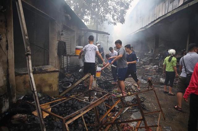 Nhiều tài sản của tiêu thương bị lửa thiêu hư hỏng.