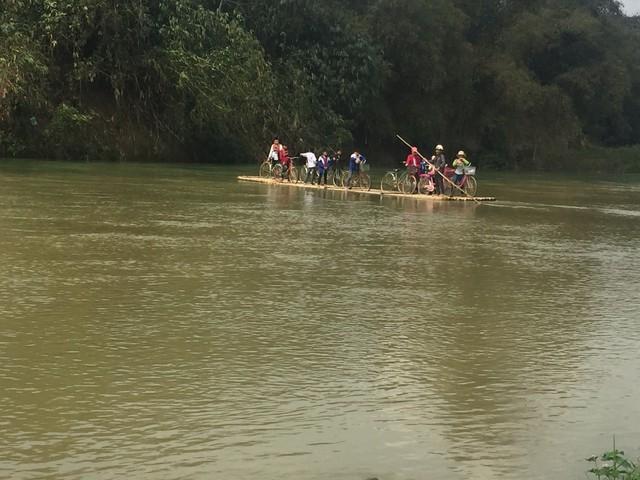Học sinh các xã huyện Ngọc Lặc đi bè mảng đến trường.    Ảnh: N.Hưng