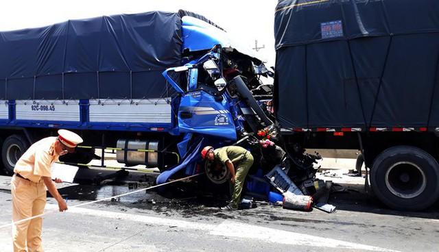 Tài xế ôtô tải tử vong trong cabin sau khi đâm vào đuôi xe đầu kéo