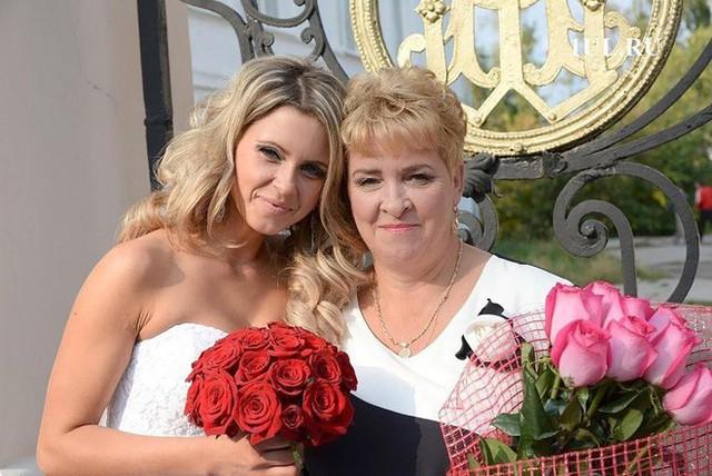Fedyaeva hạnh phúc bên mẹ trong ngày cưới.