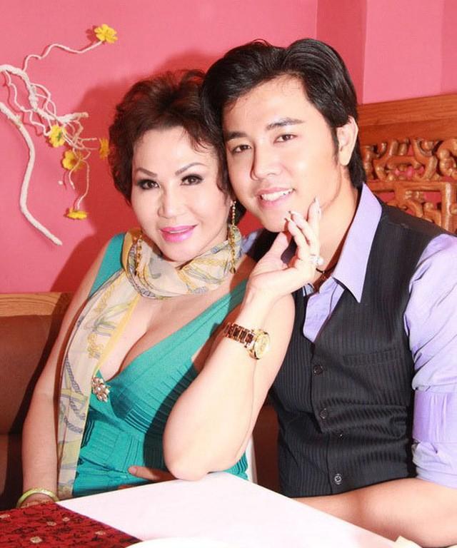 Tháng 10/2012, khán giả quan tâm tới showbiz Việt xôn xao khi nam người mẫu Vũ Hoàng Việt công khai quan hệ yêu đương với nữ tỷ phú U60 có tên Yvonne Thúy Hoàng.