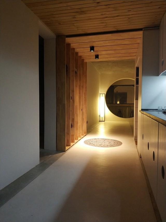 Thiết kế ánh sáng nhẹ vào ban đêm mang lại cho căn hộ một cảm giác dịu dàng.