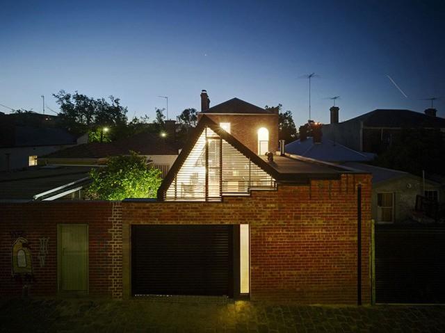 Toàn cảnh ngôi nhà vào buổi tối.