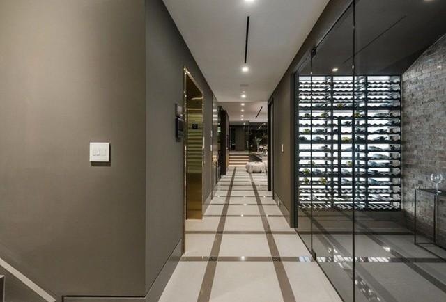 Trong dinh thự có hệ thống thang máy để đi lại.