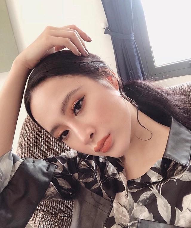 Sở thích chụp ảnh hiện tại của Angela Phương Trinh là khoe triệt để đôi môi tều và đường cong cơ thể nóng bỏng. (Ảnh: Internet)