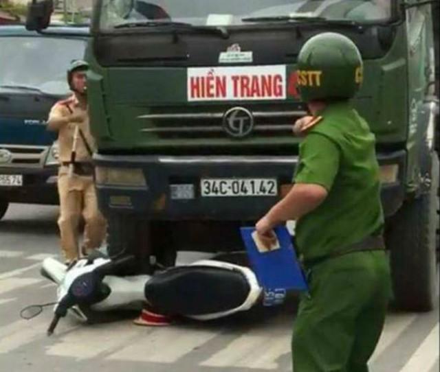 Chiếc xe moto công vụ của CSGT bị xe tải húc đổ. Ảnh: Cắt từ clip