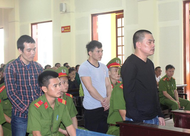 Phạm Văn Hùng (hàng trên cùng), Phạm Văn Tùng và Lò Văn Sao tại phiên xử. Ảnh: P.H.