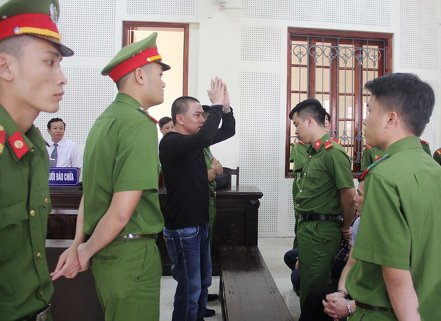 Khi tòa tuyên án tử, bị cáo Hùng đại náo hội trường xử án. Ảnh: P.H.