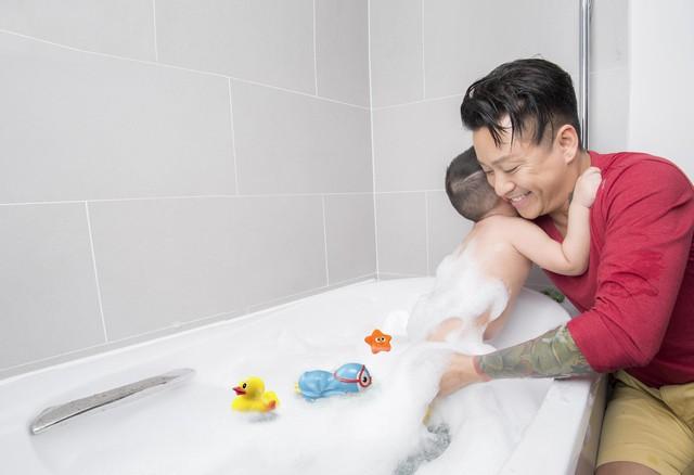 Nam ca sĩ tự tay tắm, cắt tóc, thay quần áo cho con một cách thành thạo