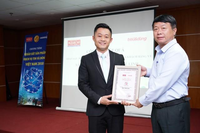 Đại diện Tạp chí Tiêu & Dùng trao chứng nhận khảo sát cho đơn vị Tuệ Linh