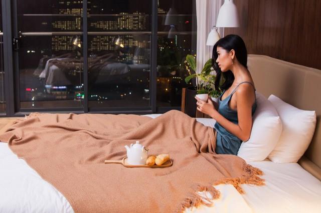 Trang Lạ có thể ngắm phong cảnh Sài Gòn về đêm từ căn hộ trên cao. Cô cho biết, vợ chồng cô thường xuyên ở căn hộ này để thuận tiện cho việc di chuyển vào trung tâm.