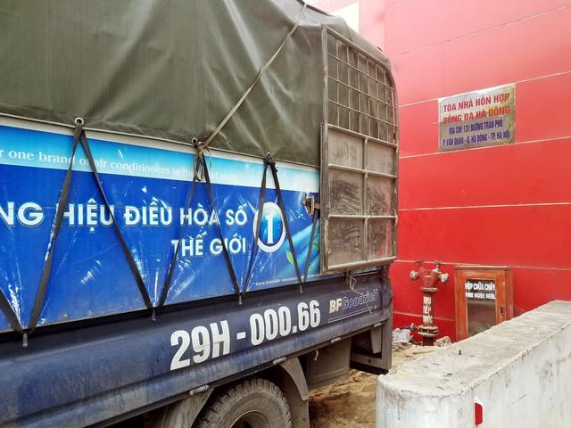Hộp chữa cháy của Tòa nhà hỗn hợp Sông Đà cũng bị xe chở hàng của siêu thị Mediamart chặn lối. ảnh: PV