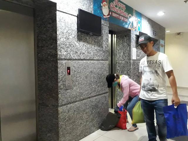 Thấy một số hộ dân trụ lại, Ban quản lý tòa nhà đã bật thang máy và điện sáng hành lang cho người dân sử dụng